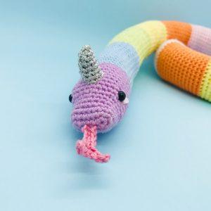 patron crochet amigurumi serpicorne arc-en-ciel